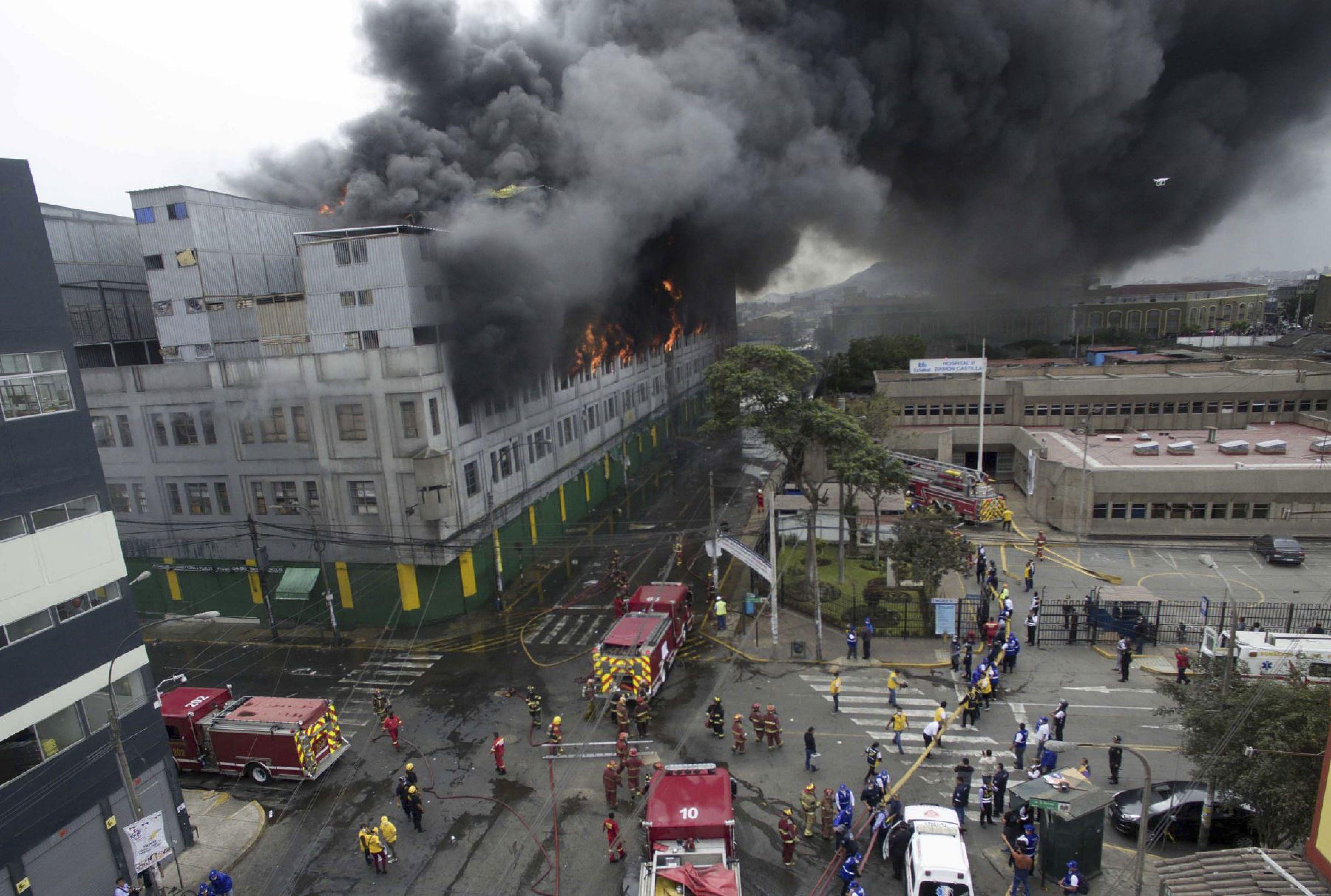 El fuego comenzó en el tercer piso de una galería comercial del centro de Lima