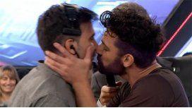 El beso de Fede Hoppe y Hernan Piquín