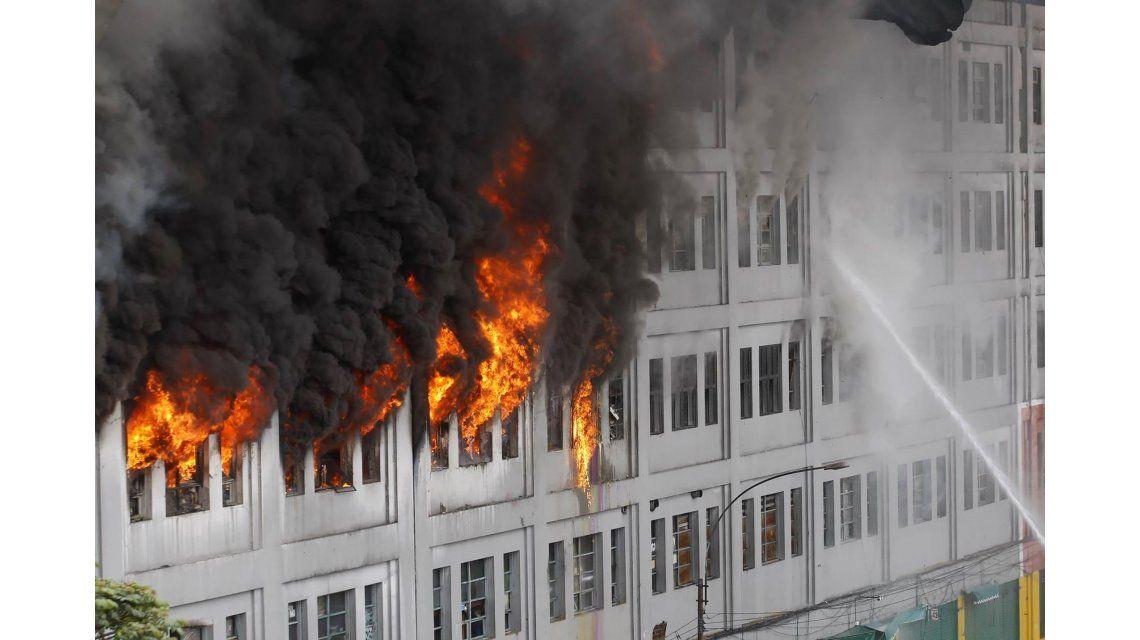 Incendio en centro comercial de Perú