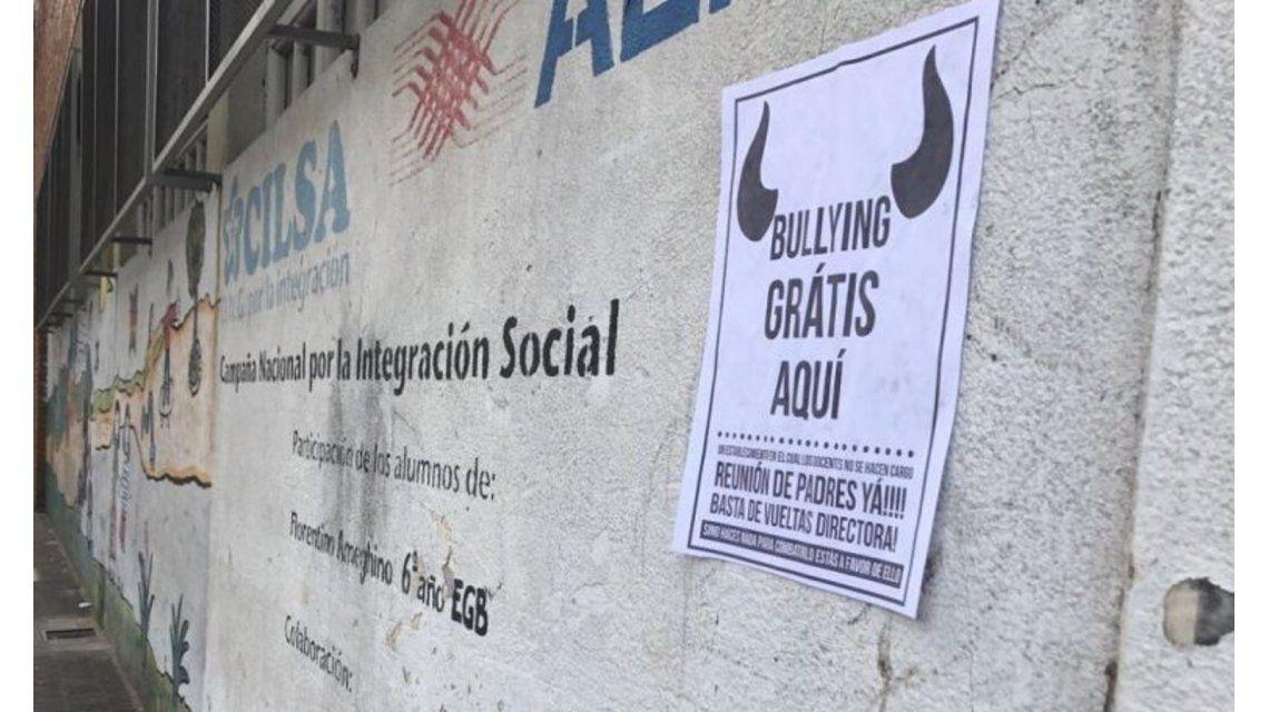 Una mamá empapeló una escuela para denunciar el  bullying que sufre su hijo