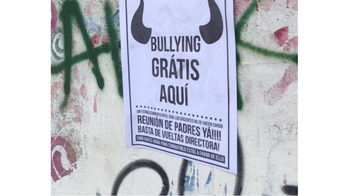 Empapeló una escuela para denunciar el bullying que sufre su hijo