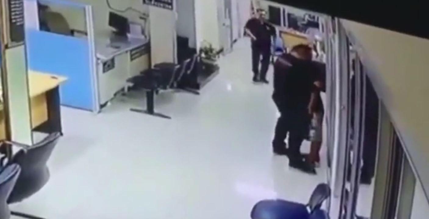 Un policía abrazó a un hombre que entró a una comisaría con un cuchillo