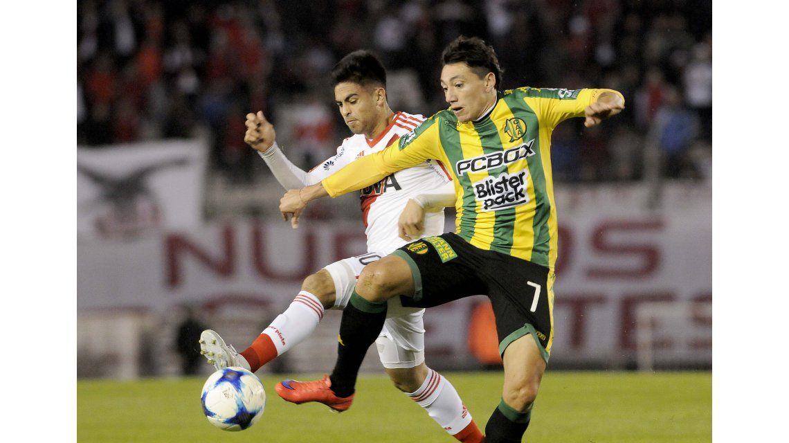 El Pity Martínez lucha por el balón con Lugüercio