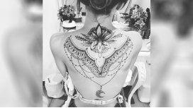 Brenda Asnicar se hizo un impresionante tatuaje en la espalda
