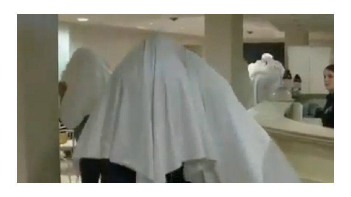 La aparición de los fantasmas en el lobby del hotel
