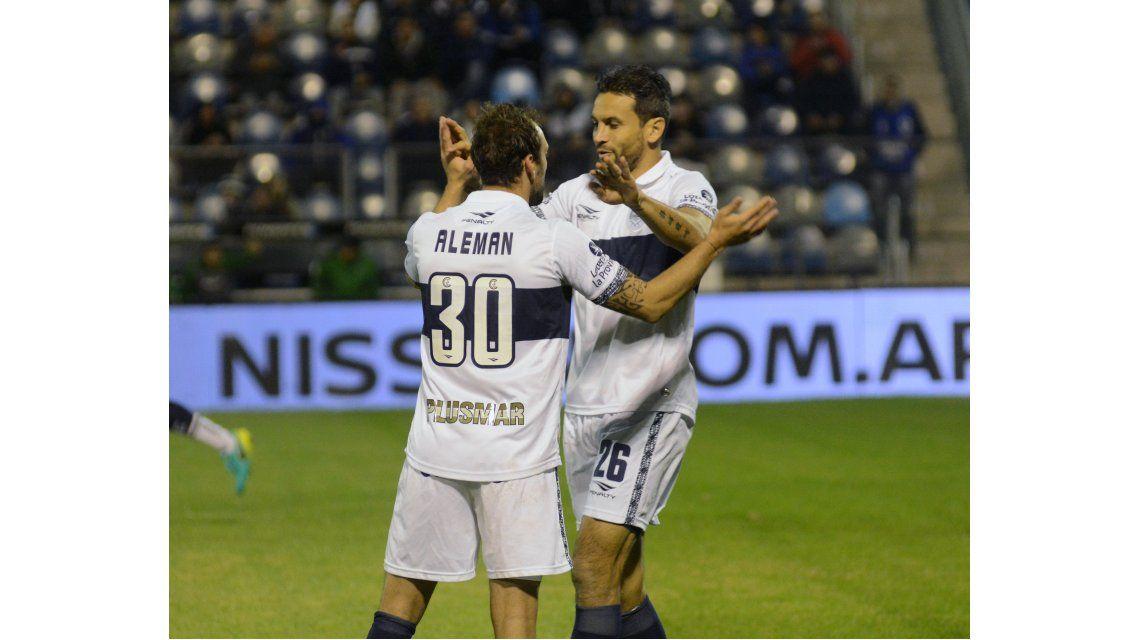 Romero y Aleman celebran el primer tanto del Lobo
