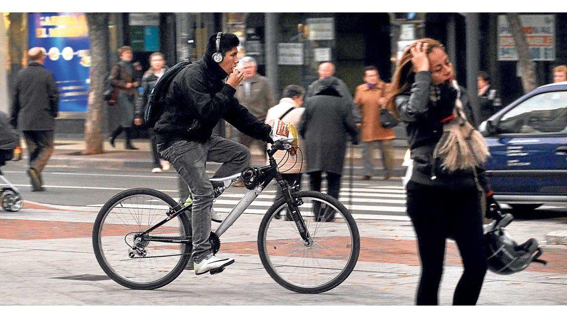 Quieren prohibir a los ciclista el uso de auriculares