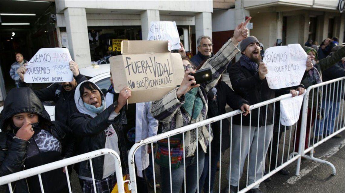 Protesta de un grupo de docentes contra Vidal