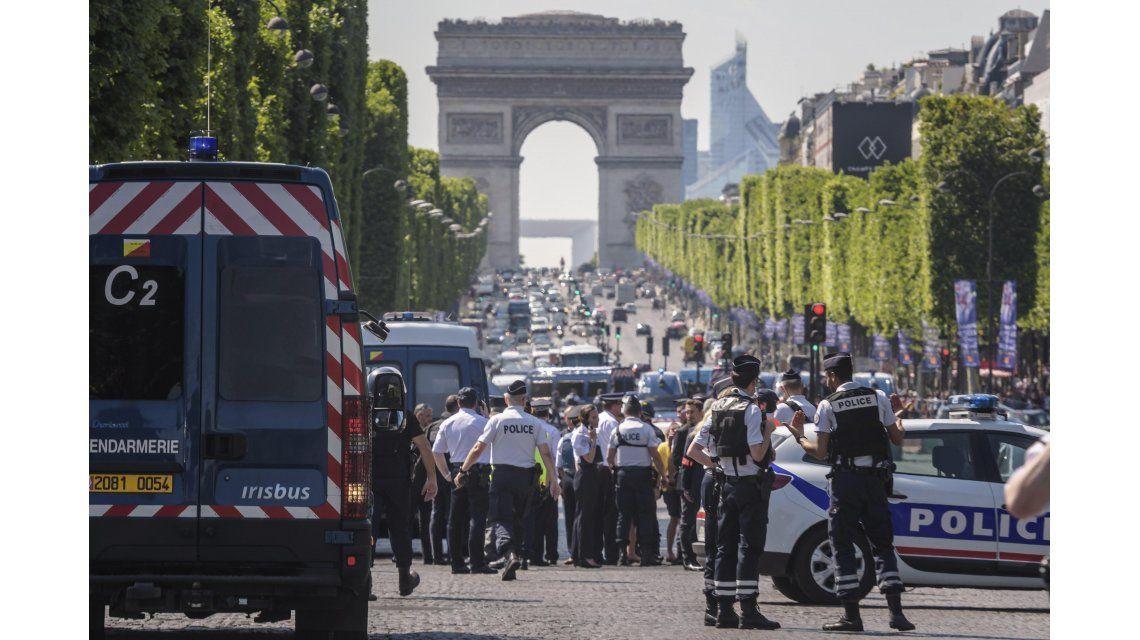 Un hombre armado embistió a una camioneta de la policía en París