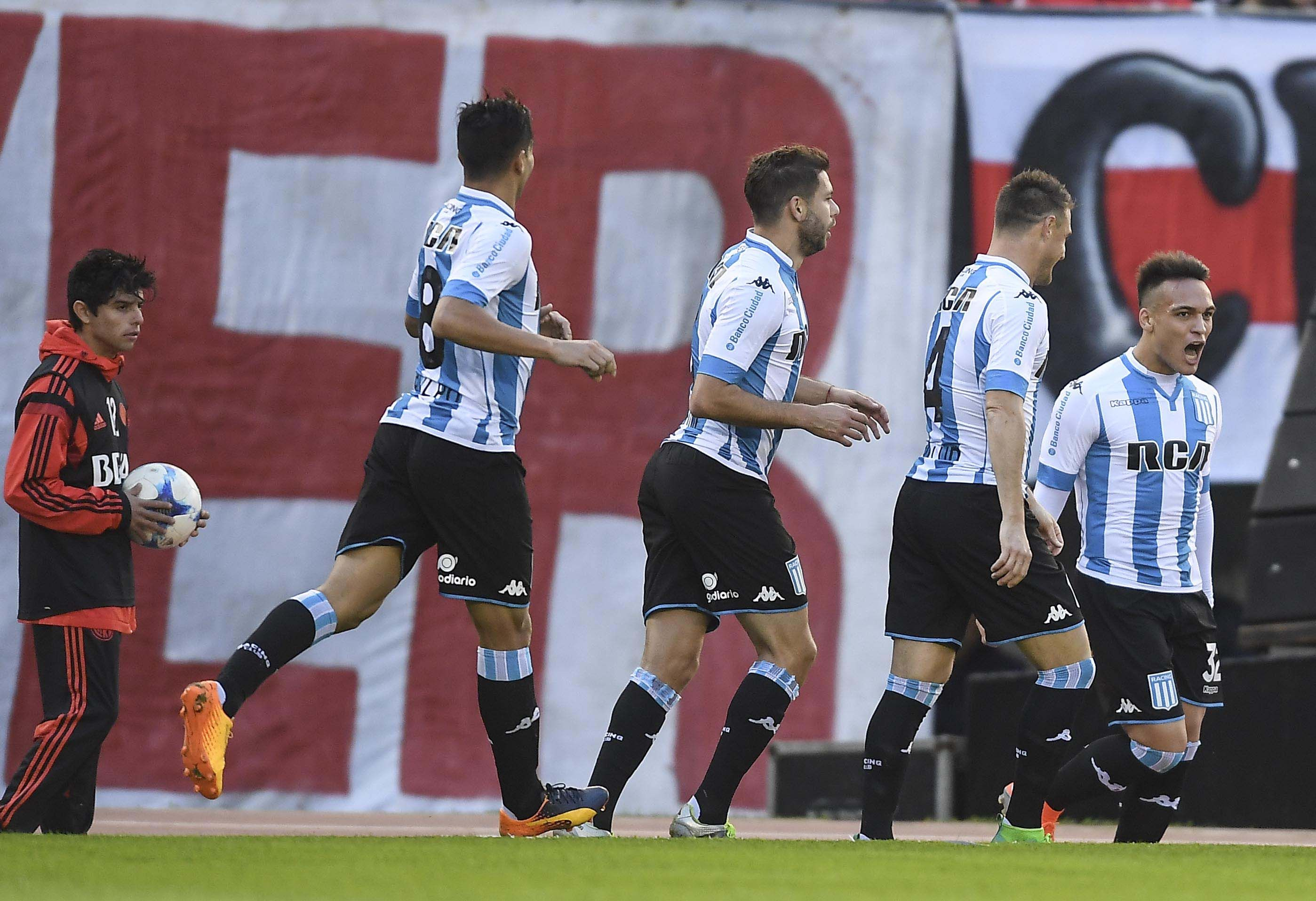 El festejo de Lautaro Martínez tras el primer gol de Racing