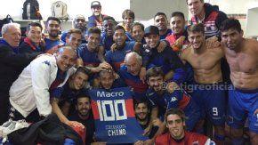 El festejo en el vestuario del Matador por los 100 goles del Chino