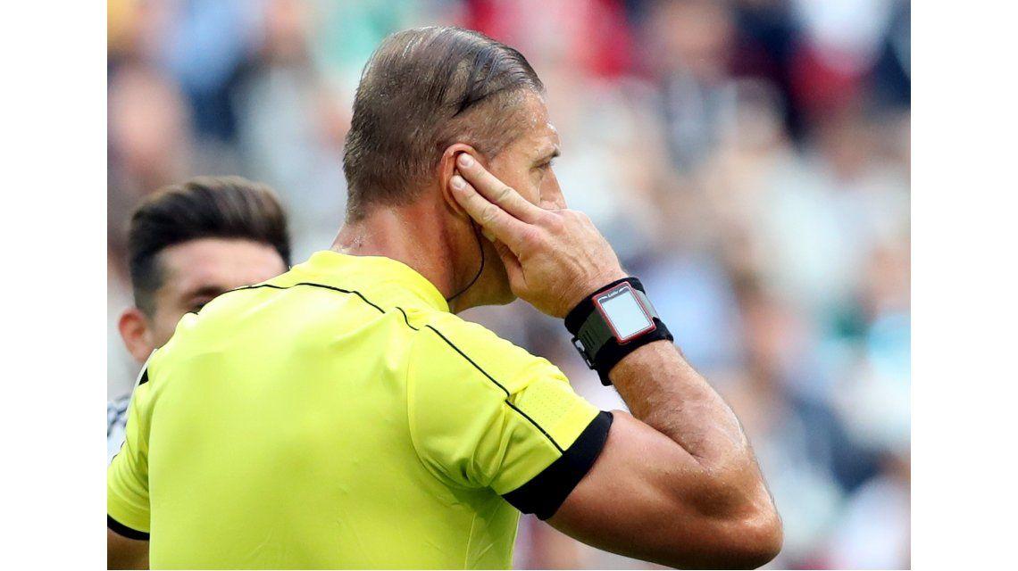 Néstor Pitana se la jugó y anuló un gol con la tecnología: ¿tenía razón?