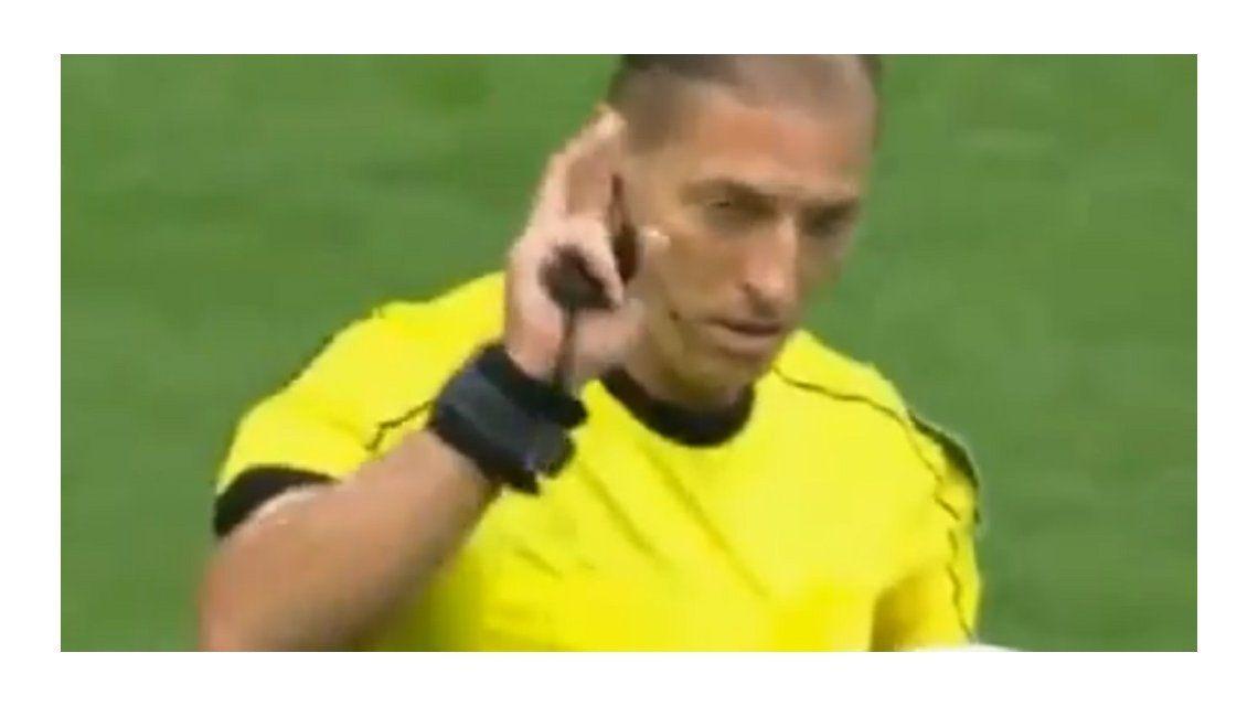 El árbitro dio marcha atrás y las cámaras lo ayudaron