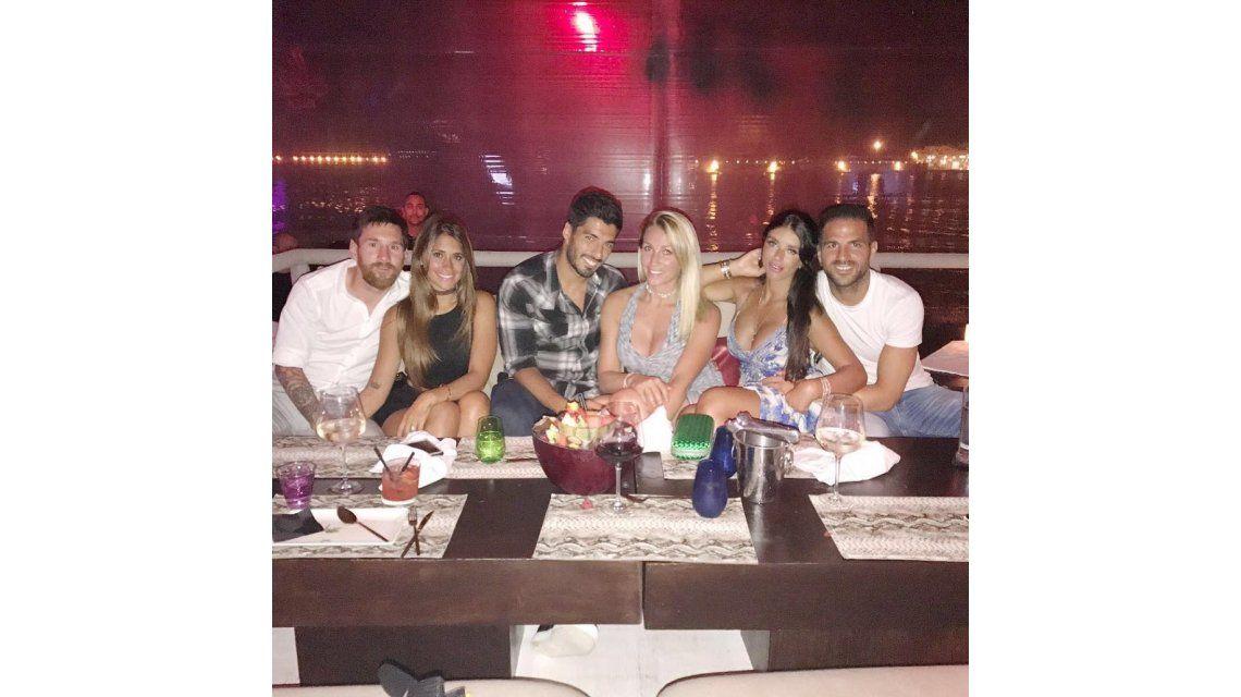 Messi y Antonella con amigos en Barcelona.