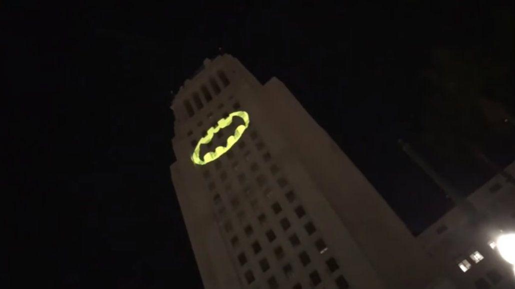 La batiseñal se vio en el cielo de Los Ángeles