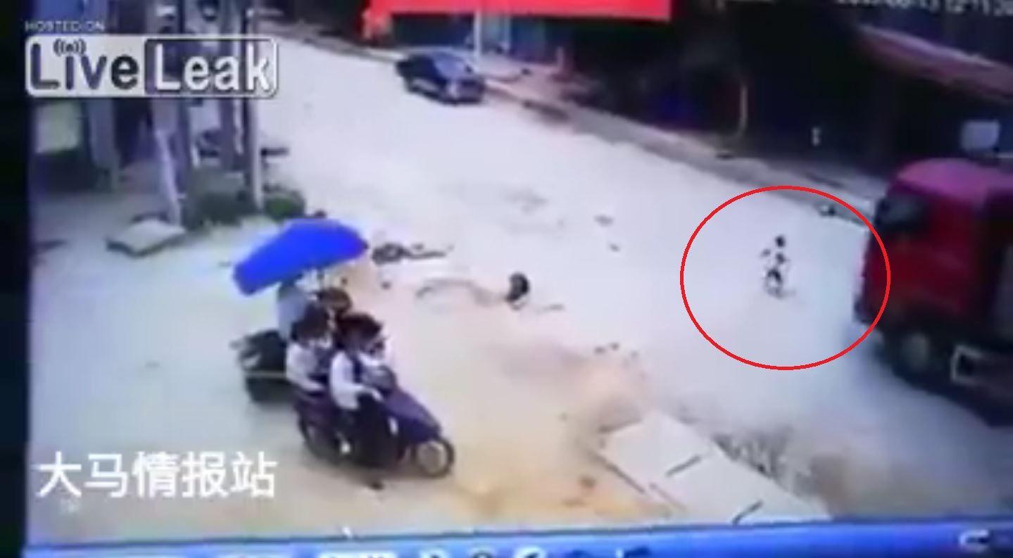 Un camión atropella a un nene y no le pasa nada