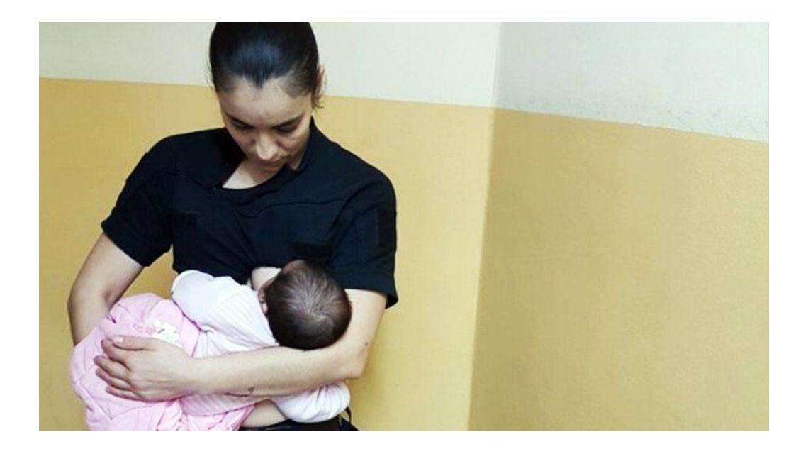 La mujer amamantó durante dos horas a la bebé