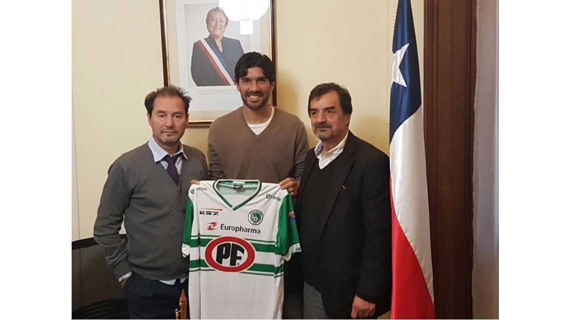 Sebastián Abreu al firmar con Deportes Puerto Montt