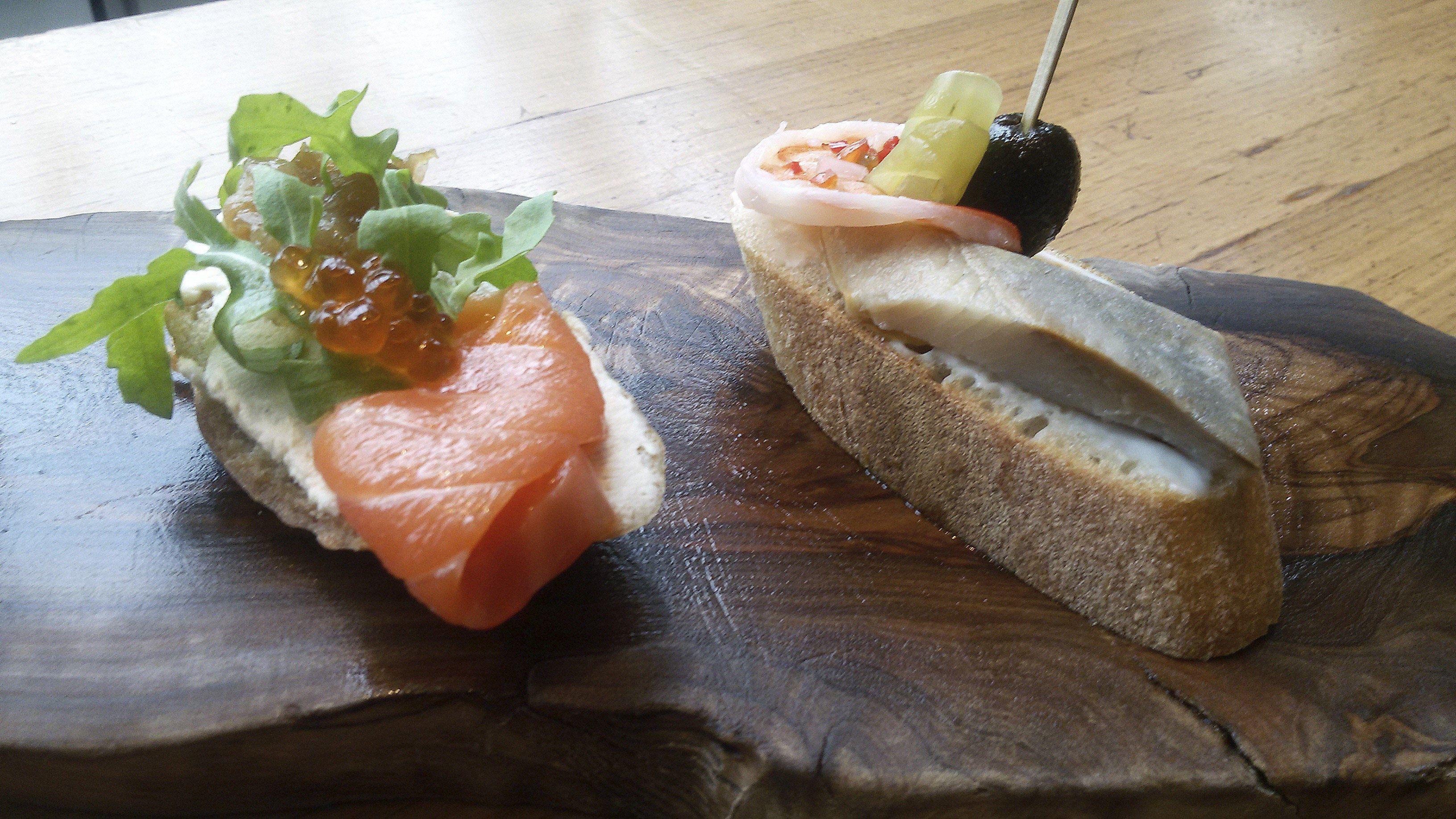 Salmón con cebolla y caviar rojo y gamba con arenque sobre pimiento marinado