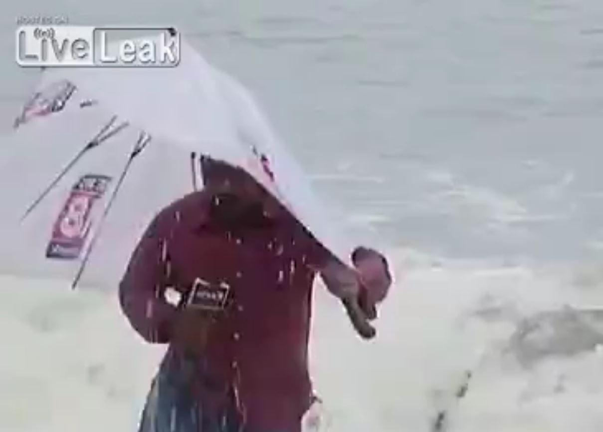 El presentador al que lo tapó una ola