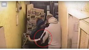 El dueño de un local pelea con un delincuente que tenía un cuchillo