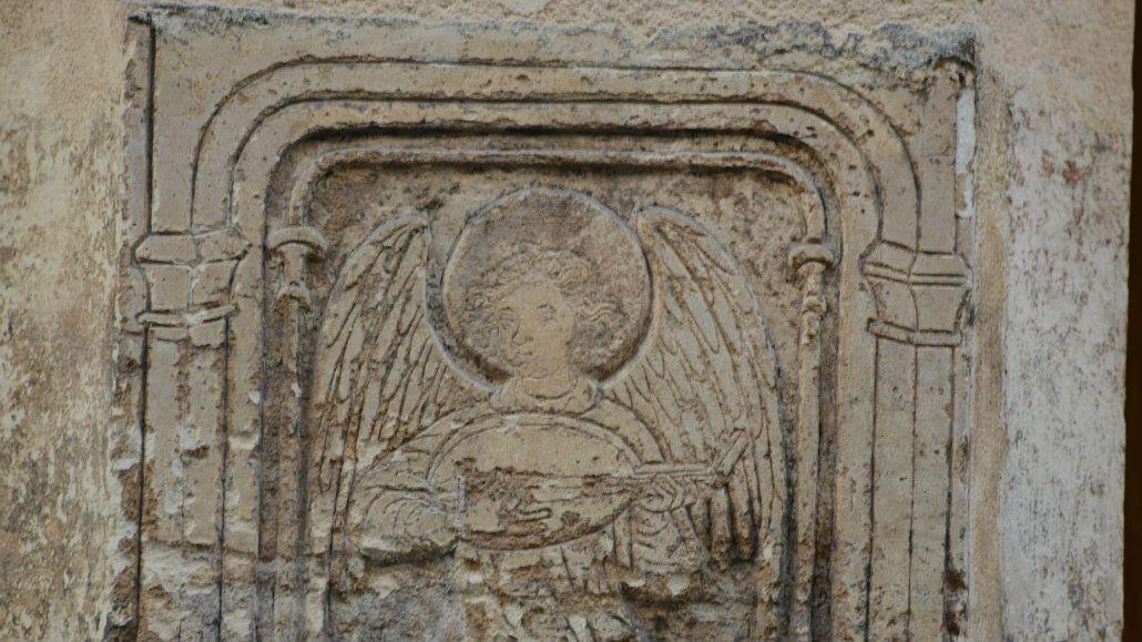 Algunas inscripciones y relieves quedaron en la pared