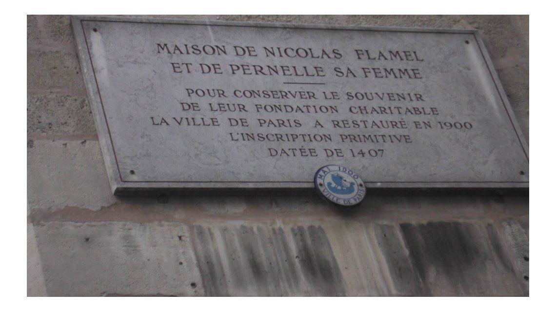 Una placa conmemorativa en la entrada de la casa más antigua de París