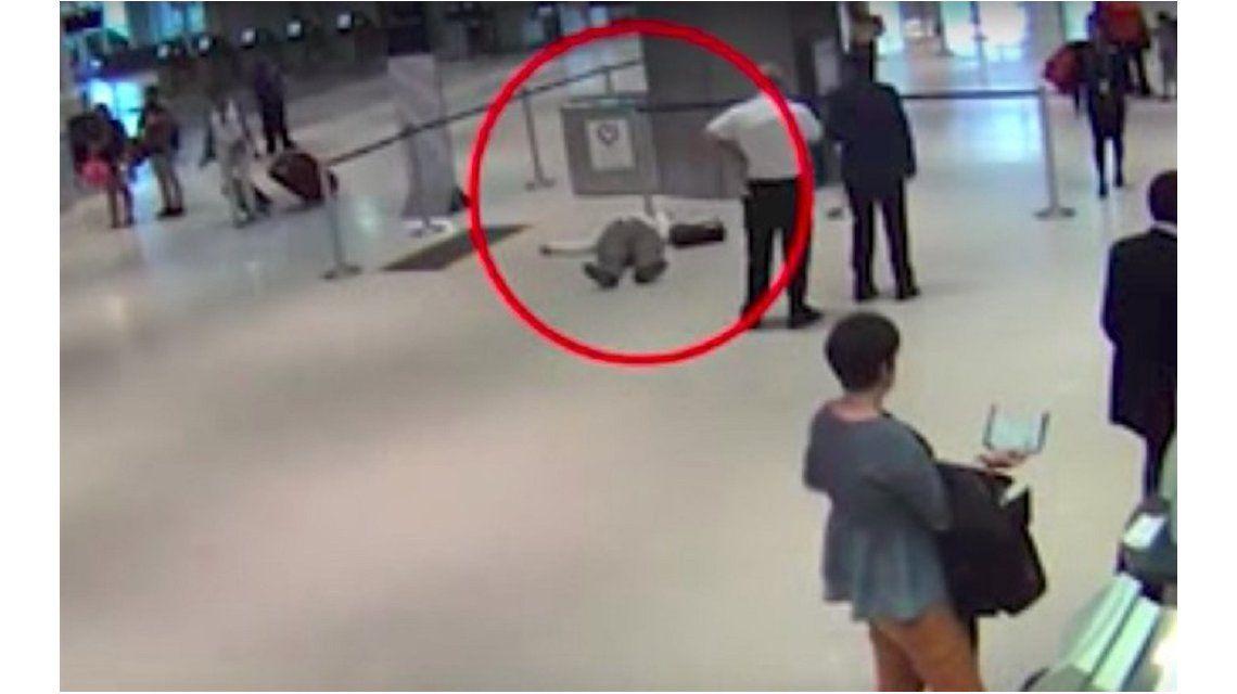 Un empleado de United Airlines atacó a un pasajero de 71 años