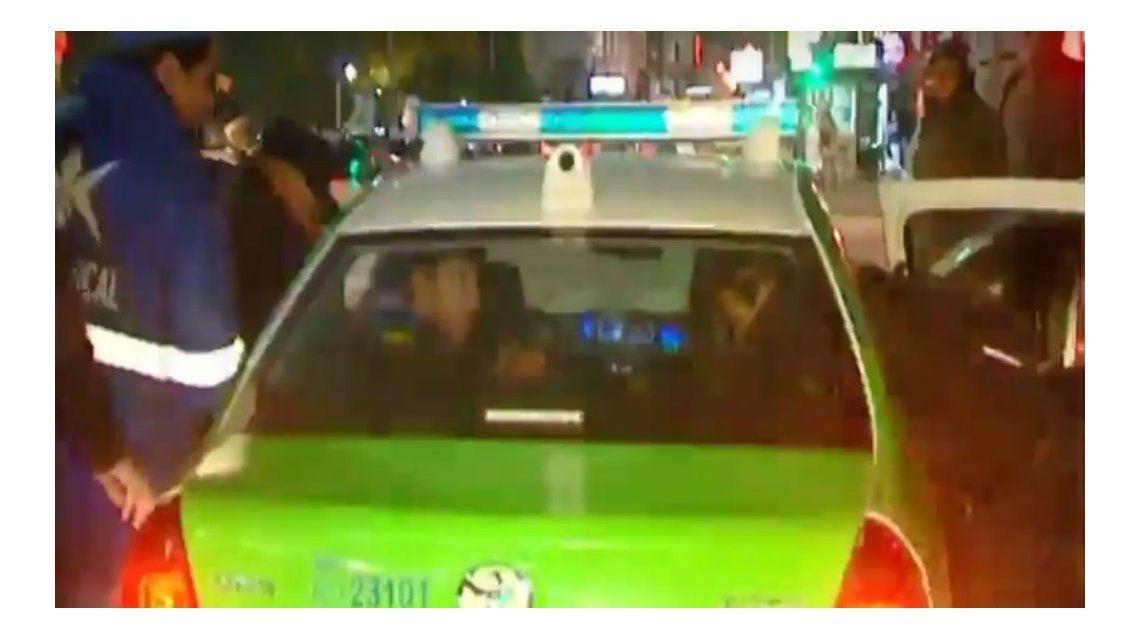 Así se subieron al patrullero y comenzaron a agredir al oficial