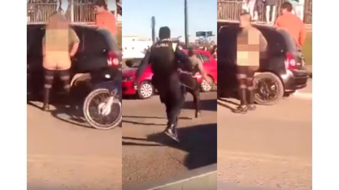 Se desnudó en la vía pública y un policía le pegó con un látigo