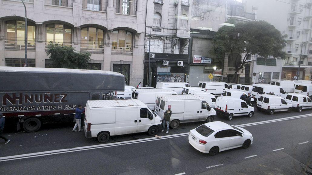 Fleteros dejan sólo dos manos libres en avenida Callao