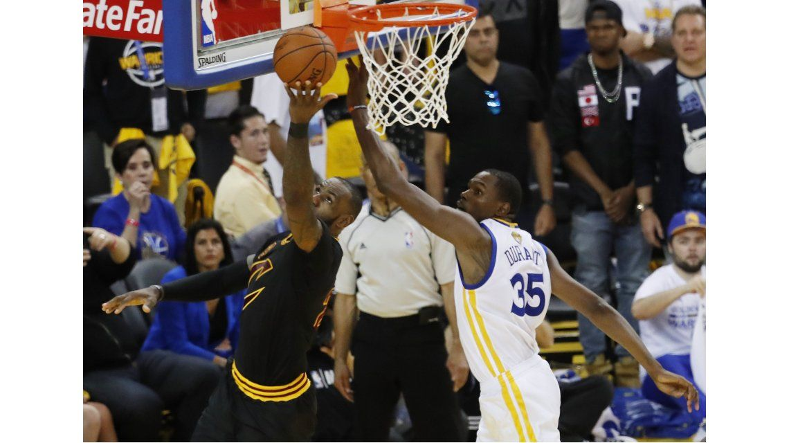 Kevin Durant intenta un bloqueo en la final
