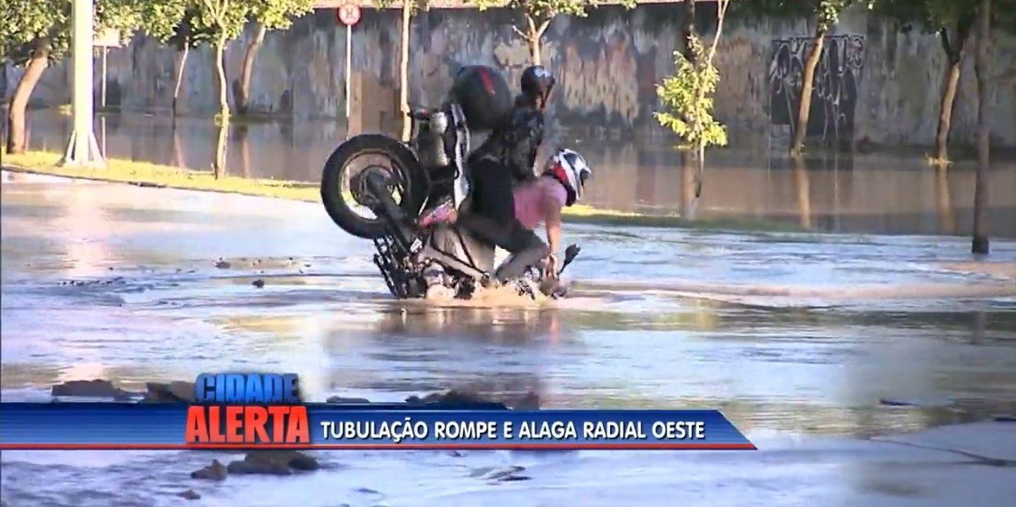Quiso pasar por un lugar inundado y cayó en un pozo con la moto