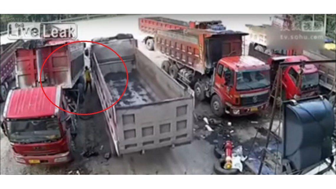 Murió aplastado por dos camiones