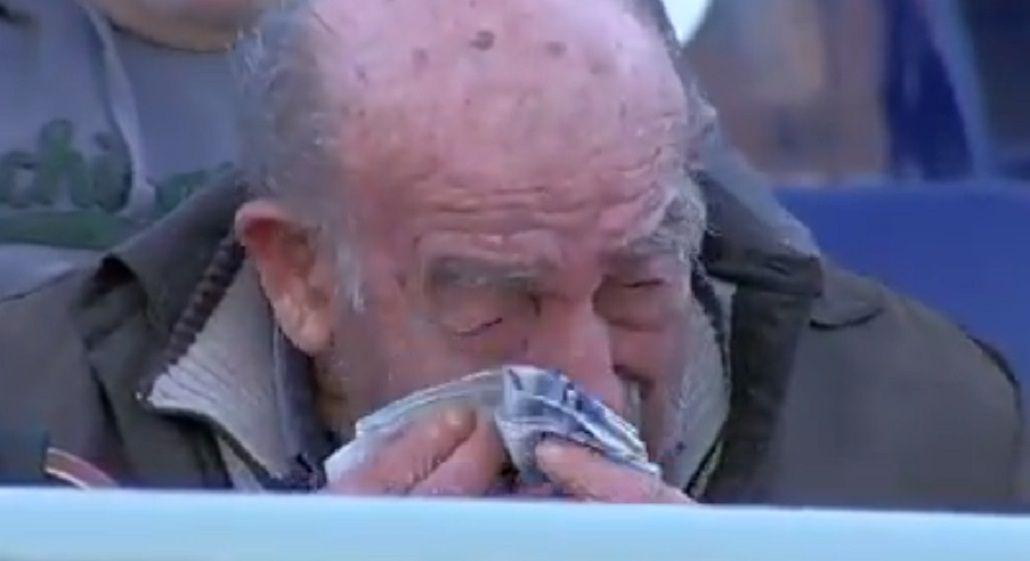 El hombre no pudo contener la emoción y rompió en llanto