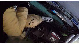 El dramático intento de un piloto por salir de su auto tras un terrible vuelco