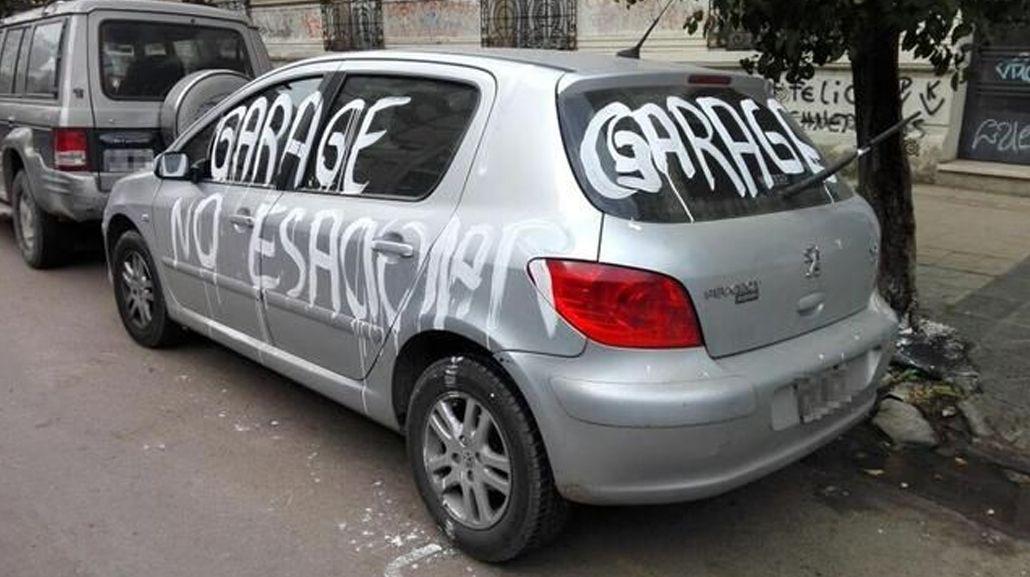 La Plata: pintó un auto que le tapaba la cochera de su casa