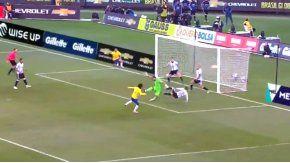 Argentina zafó por dos tiros en el palo de Brasil