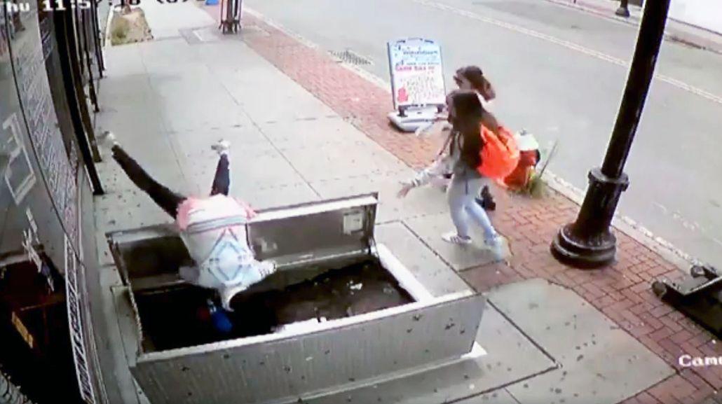 Mirá cómo se cayó una mujer en un pozo por mirar el celular