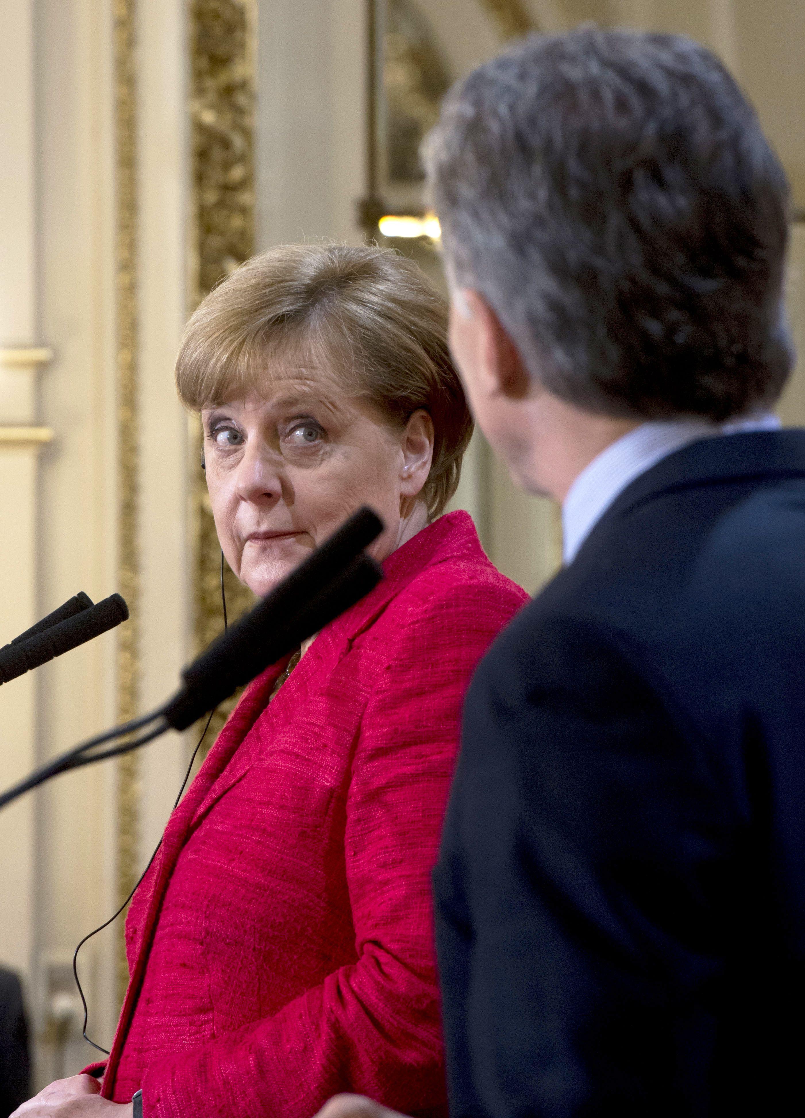 El momento en que la canciller alemana Ángela Merkel mira a Mauricio Macri tras el chiste que le hace el Presidente.