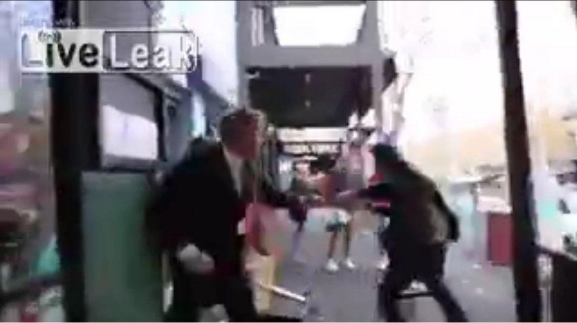 Mirá cómo atacaron a un periodista en Australia