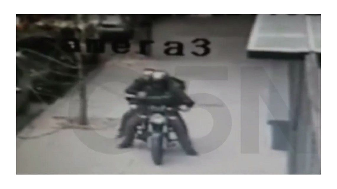 VIDEO: Fue al banco, sacó el sueldo entero, lo guardó en el auto y le robaron todo