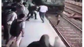 El impactante momento en el que un tren arrolla a una joven en la India