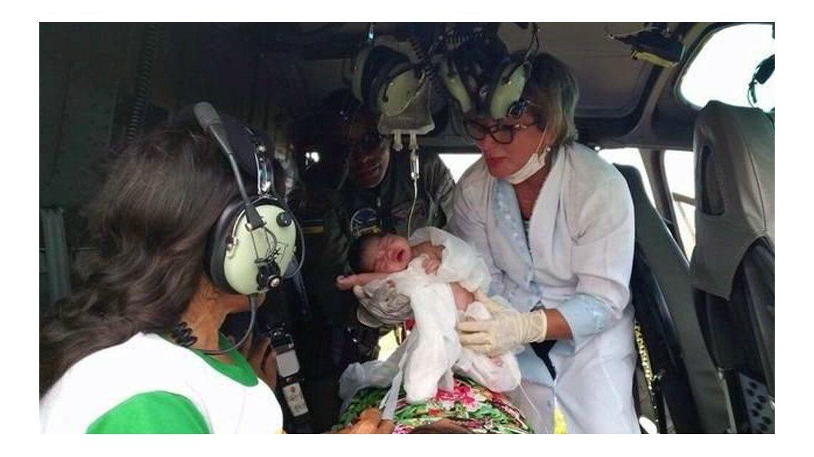 La mujer tuvo que dar a luz en el helicóptero