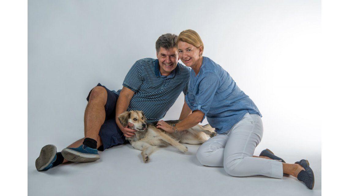 Vinieron de vacaciones a la Argentina, se enamoraron de una perra callejera y se la llevaron