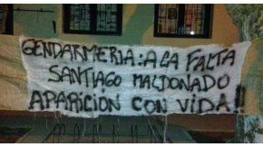 Colgaron una bandera en la escuela en la que debe votar Santiago Maldonado