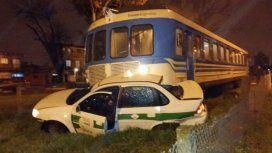 Tren universitario arrolló taxi en El Mondongo