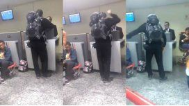 El pasajero no se tomó a bien la demora en la entrega de su equipaje