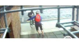 Quisieron robarle la bicicleta, pero atrapó al ladrón