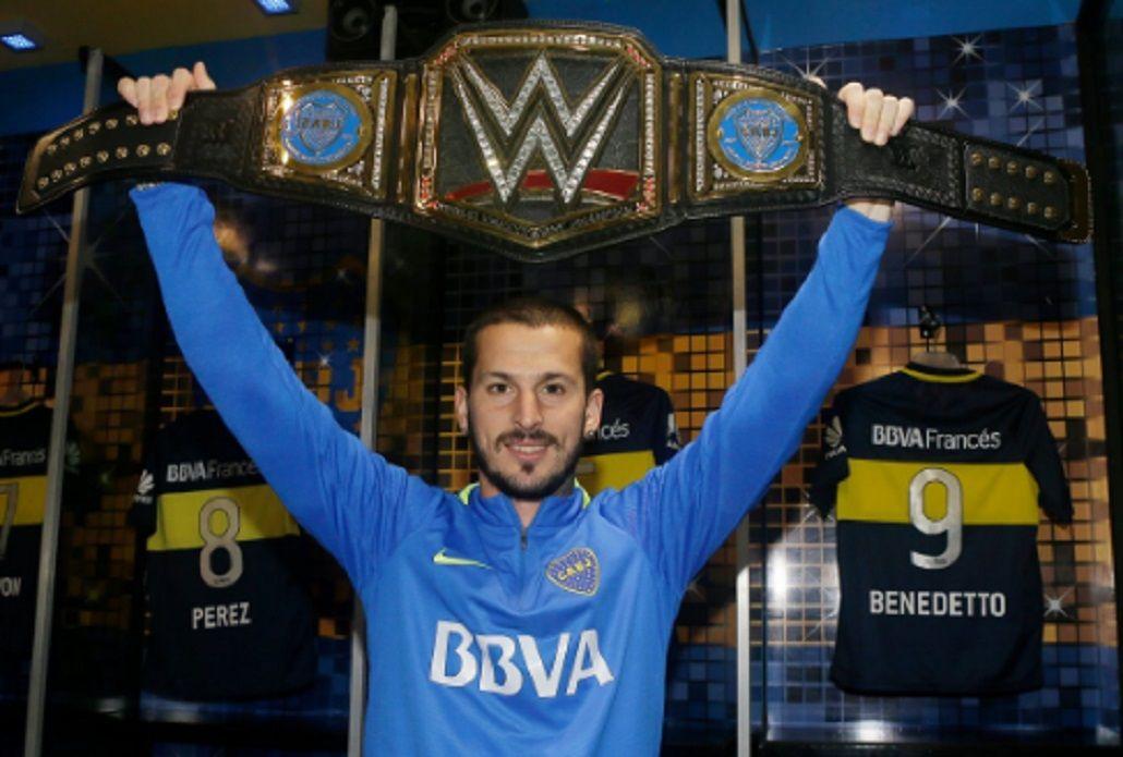 El goleador de Boca posa con el cinturón de la WWE